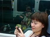 買東西吃東西的香港行:高鈺正仔細的觀看拍照結果