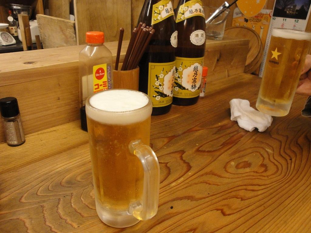 日本.四日市近鐵車站旁的小酒吧:4. 最先上桌的生啤酒.JPG