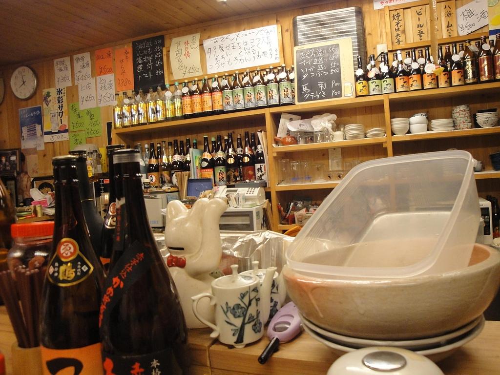 日本.四日市近鐵車站旁的小酒吧:3. 擺滿了各式各樣的日本酒.JPG