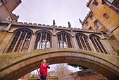 劍橋河畔:而劍橋大學的這座嘆息橋,可能是因為連接聖約翰學院的校舍,是學生期中、期末考的必經之地,書沒看完、考不好時