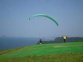 國內外旅遊:萬里山上看滑翔傘展翼俯衝的一刻