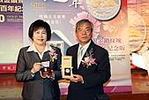 123:臺灣銀行董事長張秀蓮與總經理張明道共同展示該行9月15日
