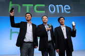 102:圖一:HTC於中國市場正式發佈2012年新產品。(左起:HTC中國區副總裁兼產品市場部總經理林祖榮、HTC執行長周永明、HTC