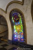 2018印象翻轉的俄羅斯奇幻之旅(3-1)--目眩神迷在宛如藝術殿堂的莫斯科地鐵站:17●長長的月台,以白色大理石框著32幅鑲嵌彩色玻璃的畫作,特別的是這些彩色玻璃是配合著拱型的設計而有弧度的.JPG