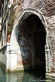2018不思議之克、斯、義秘境歐遊記(7~1)--從貢多拉Gondola上看水道旁的門扉與窗景:L1080184.JPG