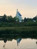 2018印象翻轉的俄羅斯奇幻之旅(5-6)--品嚐在地風味餐與漫步蘇茲達爾夕陽下:17●沿著河走,望著一整天來經過的幾個教堂,就這樣佇立在襯著黃昏背景的對岸,似近亦遠,似遠亦近,美不勝收也不