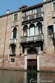 2018不思議之克、斯、義秘境歐遊記(7~1)--從貢多拉Gondola上看水道旁的門扉與窗景:L1080187.JPG