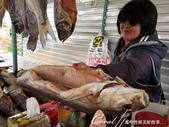 2019Amazing!穿越古絲路上的中亞五國之旅(5-3)--吉爾吉斯斯坦之蒙古包風味餐:11●攤位老闆娘選了條肥美的煙燻魚,還讓領隊親驗其美味.JPG