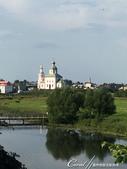 2018印象翻轉的俄羅斯奇幻之旅(5-4)--移動景點之間、體驗蘇茲達爾美好風光的小散步:06●白身、綠頂,壁面鑲著紅色線條,佇立在綠地之間,一座不知名的小教堂也成為風景畫的主角.JPG