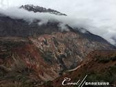 2019Amazing!穿越古絲路上的中亞五國之旅(8-1)--塔吉克斯坦之伊斯坎達爾湖:05●紅色岩石中有明顯可見的黑色煤層.JPG