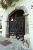 2018不思議之克、斯、義秘境歐遊記(2~1)--克羅埃西亞首都札格雷布Zagreb:20●一路往上的石板路兩旁形形色色的傳統建築及商店,繼續吸引眾人目光.JPG