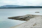 2019自駕隨性之旅(06)--100個死前必去景點之黃石國家公園(黃石湖邊西姆間歇泉盆地篇):21●其中一個較具知名度的溫泉,是位在湖中的漁洞 Fishing Cone,據說以前釣客在釣到魚後,會直接將魚放入這個洞煮熟