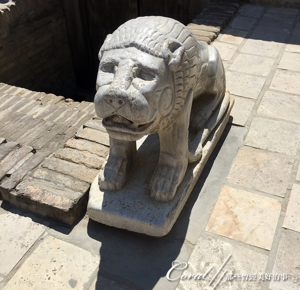 2019Amazing!穿越古絲路上的中亞五國之旅(13-4)--烏茲別克斯坦之布哈拉亞克要塞:17●沒有見過獅子本尊的工匠憑藉傳說鑿出妙趣橫生的石獸,少了威風反而有點像愁眉苦臉的狗.JPG