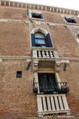 2018不思議之克、斯、義秘境歐遊記(7~1)--從貢多拉Gondola上看水道旁的門扉與窗景:L1080191.JPG