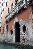 2018不思議之克、斯、義秘境歐遊記(7~1)--從貢多拉Gondola上看水道旁的門扉與窗景:L1080200.JPG