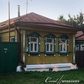 2018印象翻轉的俄羅斯奇幻之旅(5-6)--品嚐在地風味餐與漫步蘇茲達爾夕陽下:07●環境無公害、無污染,並且明令不得興建三樓以上建築的蘇茲達爾,居民大多依舊是住在傳統木造房舍裡,一路上見