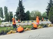 2019Amazing!穿越古絲路上的中亞五國之旅(7-1)--塔吉克斯坦之「山地之國」初印象  :05●近年來因為旅遊業的興起,沿路可見忙著整理花圃或街道的婦女.JPG