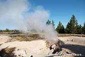 2019自駕隨性之旅(05)--100個死前必去景點之黃石國家公園(下間歇泉盆地篇):12●地熱以各種方式排出能量,從被煮滾的沸水池、從洞口,甚至從沙礫中的細縫竄出,每一種方式都值得佇足體會.JPG
