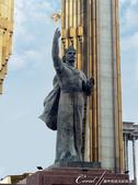 2019Amazing!穿越古絲路上的中亞五國之旅(7-5)--塔吉克斯坦首都杜尚別印象之旅:12●索莫尼雕像矗立在巨大紅色大理石樓梯基座上.JPG