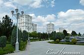 2019Amazing!穿越古絲路上的中亞五國之旅(11-3)--土庫曼斯坦之獨立紀念碑:03●視線穿過樹梢,遠方佇立的是一幢幢大打富裕繁榮形象牌的白色大理石建築.JPG