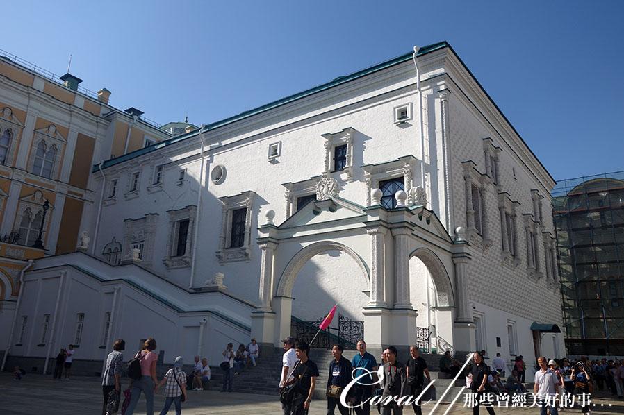 2018印象翻轉的俄羅斯奇幻之旅(2-5)--陰與陽、柔與剛交錯下的莫斯科之心「克里姆林宮」:32●大教堂廣場上遊人一波接著一波.JPG