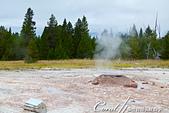 2019自駕隨性之旅(07)--100個死前必去景點之黃石國家公園(下間歇泉盆地愉快健行):13●靜靜飄著水霧 pink cone geyser,可能是因為它堆起的椎型噴泉口因為其中包含的礦物質成份讓它看起來有點玫瑰色因而