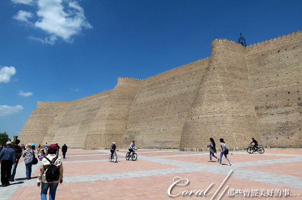 2019Amazing!穿越古絲路上的中亞五國之旅(13-4)--烏茲別克斯坦之布哈拉亞克要塞:05●亞克要塞外牆獨特的輪廓,果然為這座堡壘披上神秘又綺麗的色彩,想像著過去靜靜佇立在一片黃漠中的樣子,說它