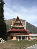 2019Amazing!穿越古絲路上的中亞五國之旅(6-1)--吉爾吉斯斯坦之阿拉阿查國家公園:03●停車場附近,一幢顯眼的紅頂酒店Ala Archa Hotel.JPG