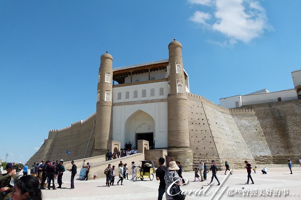 2019Amazing!穿越古絲路上的中亞五國之旅(13-4)--烏茲別克斯坦之布哈拉亞克要塞:10●亞克要塞前的廣場,也是中世紀布哈拉的城市中心,市集、奴隸、遊行、集會,甚至執行死刑,都曾在此出現.JPG