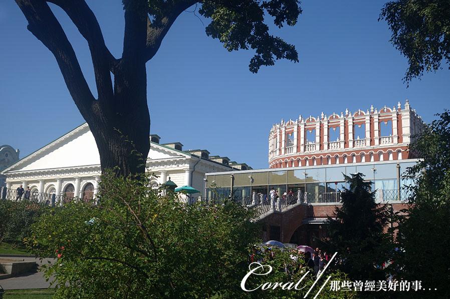 2018印象翻轉的俄羅斯奇幻之旅(2-5)--陰與陽、柔與剛交錯下的莫斯科之心「克里姆林宮」:05●新增建出來的玻璃圍幕之處,是入內參觀之前的檢查哨,背後露出紅白相間、無頂的塔樓,則是進入連接三聖橋;進