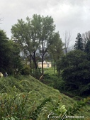 萍水相逢˙有志一同--初秋記遊之神鍋高原:●沿著火山口週圍的平原望向山腳下的景觀,原來落腳的飯店離我們這麼近.JPG