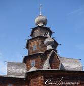 2018印象翻轉的俄羅斯奇幻之旅(5-3)--散發古老歲月味道的木造建築博物館與農民生活博物館:06●這座教堂很特殊的地方在於工匠使用麟片一般的小木片接合而成的洋蔥頭屋頂.JPG