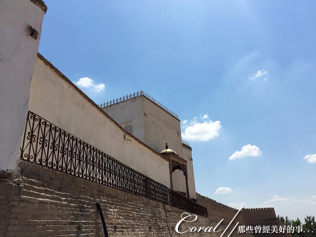 2019Amazing!穿越古絲路上的中亞五國之旅(13-4)--烏茲別克斯坦之布哈拉亞克要塞:25●站在要塞城牆邊上,可清楚看見廣場上的一舉一動,過去的士兵也在此瞭望週邊的一切 (2).JPG