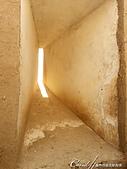2019Amazing!穿越古絲路上的中亞五國之旅(11-2)--土庫曼斯坦之世界遺產──尼薩遺蹟:15●非常厚實的城牆上採光兼防禦的窗口,據說這樣的設計也能夠抵擋冬季沙漠的狂風與寒冷.JPG