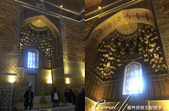 2019Amazing!穿越古絲路上的中亞五國之旅(14-2)--烏茲別克斯坦之三座重要的陵墓:14●陵墓室內精緻的浮雕與壁畫,經過鍍金的處理,非常華麗閃耀,連穹頂上的幾何設計與吊燈也美到極點(3).png