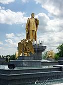 2019Amazing!穿越古絲路上的中亞五國之旅(11-3)--土庫曼斯坦之獨立紀念碑:06●在細水涓流的噴泉頂端則是鍍金的前總統雕像.JPG