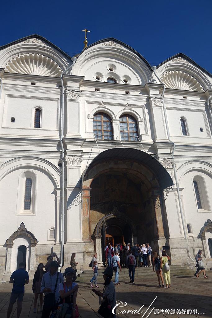2018印象翻轉的俄羅斯奇幻之旅(2-5)--陰與陽、柔與剛交錯下的莫斯科之心「克里姆林宮」:25●建於1505-1508年間的天使長大教堂內有47個墓碑和俄羅斯第一位沙皇伊凡雷帝及兩個兒子的陵墓,在彼得大帝宣佈遷都