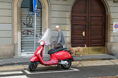 ●逍遙10日義大利:04●可愛的機車停車格與悠哉步行的義大利人.jpg