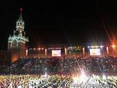 2018印象翻轉的俄羅斯奇幻之旅(3-7)--宛如嘉年華會的莫斯科國際軍樂節 Moscow inte:18●無法攜帶多餘贅物入場的觀眾,紛紛舉起手機隨節拍揮動來回應這場精采的表演.JPG