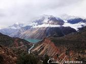 2019Amazing!穿越古絲路上的中亞五國之旅(8-1)--塔吉克斯坦之伊斯坎達爾湖:10●彷彿聽見我們的心聲,行至一處高地,駕駛特別停車讓我們居高臨下看看這壯麗的山景.jpg