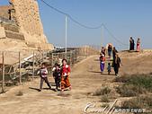 2019Amazing!穿越古絲路上的中亞五國之旅(12-1)--土庫曼斯坦之傳說中的默伏古城:28●來了!來了!一群開心的孩子與一路閒聊的婦女,鄉村景象果然大勝白色大理石之城.JPG