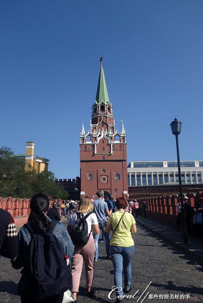 2018印象翻轉的俄羅斯奇幻之旅(2-5)--陰與陽、柔與剛交錯下的莫斯科之心「克里姆林宮」:07●銜接三位一體塔樓的是遊人如織的三聖橋.JPG