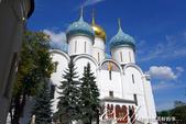 2018印象翻轉的俄羅斯奇幻之旅(6-2)--宛如置身遊樂園的謝爾蓋聖三一修道院:15-1●第一個入內參觀的景點──聖母安息大教堂,有著象徵對聖母崇敬的藍色圓頂與白色壁面.JPG