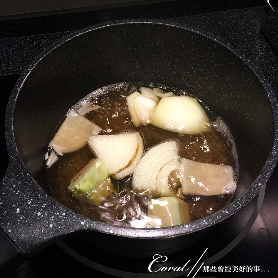 紅葉飄飄15日東京自由行--Day 12黃、綠、紅!蕃茄蔬菜小燉鍋:03●先來煮軟洋蔥.JPG