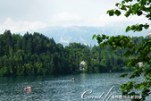 2018不思議之克、斯、義秘境歐遊記(6~4)--閃耀綠寶石光芒的布雷得湖 Lake Bled 與高:27●雖然布雷得湖心小島的高度不過40公尺,但沿著小徑步行往下,一樣拍到很多唯美的畫面,隨便快門一按就是一張明