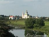 2018印象翻轉的俄羅斯奇幻之旅(5-4)--移動景點之間、體驗蘇茲達爾美好風光的小散步:07●白身、綠頂,壁面鑲著紅色線條,佇立在綠地之間,一座不知名的小教堂也成為風景畫的主角.JPG