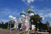 2018印象翻轉的俄羅斯奇幻之旅(6-2)--宛如置身遊樂園的謝爾蓋聖三一修道院:01●藍天、白雲、好風光,再加上有如繽紛馬卡龍色的幢幢教堂建築,這幅畫面,夢幻美麗到彷彿置身遊樂場.JPG
