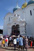 2018印象翻轉的俄羅斯奇幻之旅(6-2)--宛如置身遊樂園的謝爾蓋聖三一修道院:14●第一個入內參觀的景點──聖母安息大教堂,有著象徵對聖母崇敬的藍色圓頂與白色壁面.JPG