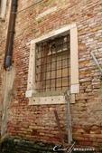 2018不思議之克、斯、義秘境歐遊記(7~1)--從貢多拉Gondola上看水道旁的門扉與窗景:L1080197.JPG