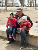 2019Amazing!穿越古絲路上的中亞五國之旅(5-3)--吉爾吉斯斯坦之蒙古包風味餐:15●餐畢的送客大秀是老闆與家人的即興入鏡,微笑的老人與天真的孩童,有什麼比這些畫面更吸睛 (2).JPG